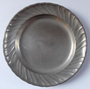 Cínový talíř s vlnitým okrajem (1).JPG