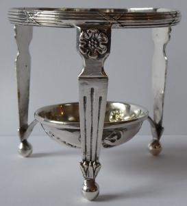 Stojánek v empírovém stylu, stříbrný (1).JPG