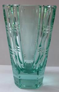 Váza z berylového skla, broušený ornament (1).JPG