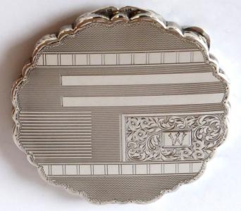 Větší stříbrná pudřenka, gravírovaná - ryté písmeno W (1).JPG