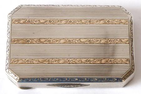 Stříbrná krabička se zlatými pruhy (1).JPG