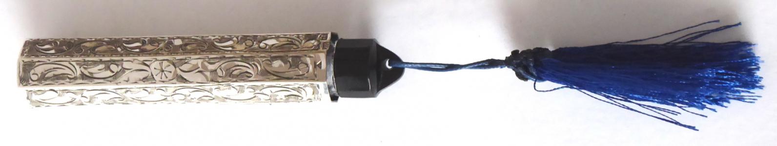 Gravírovaný stříbrný flakon, černý uzávěr, modrý střapec (1).JPG