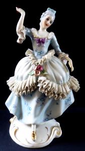 Rokoková dáma s růžemi a krajkou - Royal Dux (1).JPG
