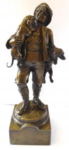 Bronzová soška mladého muže s jezevčíkem (1).JPG