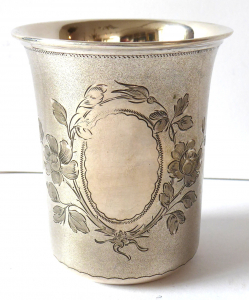 Stříbrný pohárek, medailon s květinami - Wilhelm Müller (1).JPG