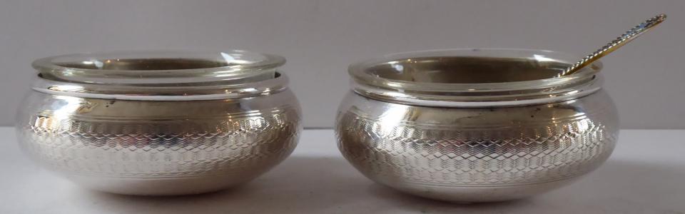 Stříbrné nádobky na sůl a pepř - Alexandr Birkl, Vídeň (1).JPG
