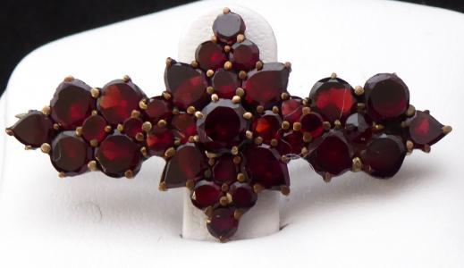Granátová brož, hvězda a kroužky (1).JPG