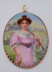Malovaná dívka na porcelánu, zlatý ozdobný rámeček s přívěskem (1).JPG