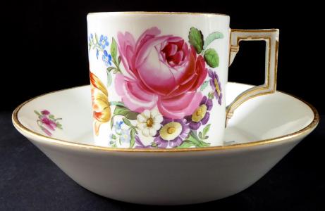 Klasicistní šálek Míšeň, s malovanými květinami (1).JPG