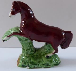 Hnědý malý porcelánový kůň (1).JPG
