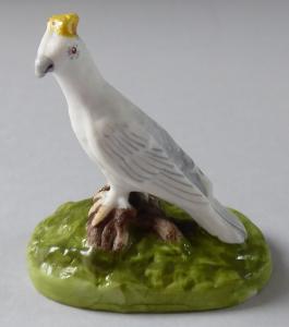Bílý ptáček se žlutou korunkou - porcelánová miniatura (1).JPG