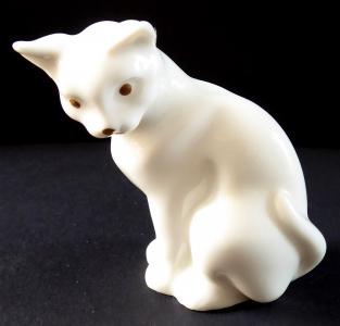 Sedící bílá kočička, zlaté oči - Hutschenreuther (1).JPG
