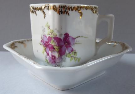 Kávový šálek, hranolovitého tvaru, s fialovými kvítky (1).JPG