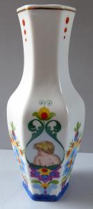 Vázička s pestrým květinovým ornamentem, dětmi - J. Panoš, České Budějovice, rok 1947 (1).JPG