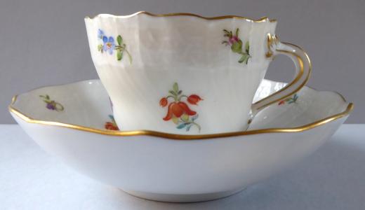 Míšeňský zlacený, malovaný kávový šálek - drobné kvítky (1).JPG