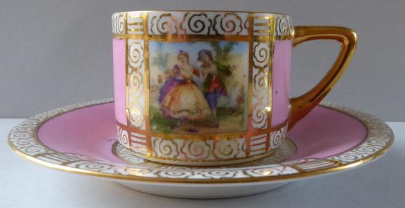 Moka šálek, galantní výjevy, růžovými obdélníky a zlacením (1).JPG