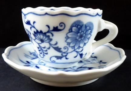 Kávový šálek s cibulovým vzorem - Míšeň, Teichert (1).JPG