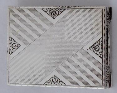 Stříbrná pudřenka se rtěnkou (1).JPG
