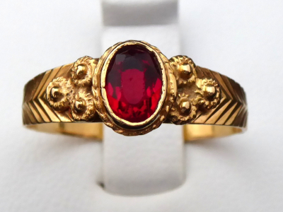 Zlatý prstýnek s kytičkami, červený kamínek - Portugalsko (1).JPG