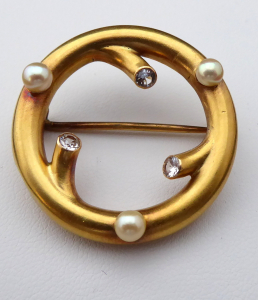 Kulatá zlatá brož, mořské perličky, čiré kamínky (1).JPG