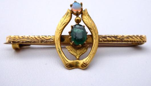 Zlatá brož se zeleným kamínkem a dubnickým opálem (1).JPG