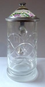 Broušený korbel, cínové víčko s fialovými kvítky (1).JPG