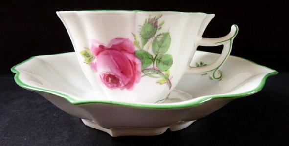 Míšeňský šálek s růží a poupaty, tvar kosočtverec (1).JPG