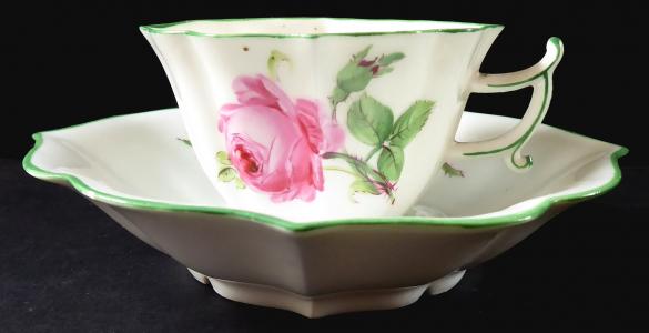 Šálek s růží a poupaty, tvar kartuše - Míšeň (1).JPG