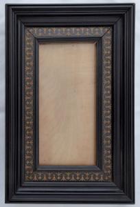 Vysoký rámeček na fotografii, se světlým ornamentem (1).JPG