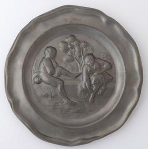 Cínový talíř, figurální - Dívka a Chlapec na hrázi (1).JPG