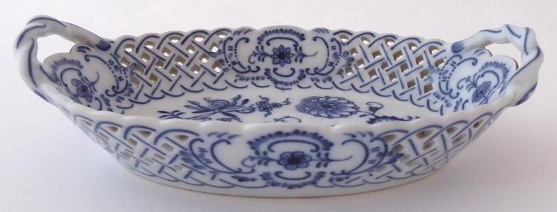 Porcelánový oválný košíček, cibulový vzor - Teichert, Míšeň (1).JPG