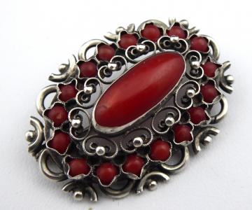 Stříbrná brož, prořezávaný ornament, s korály (1).JPG