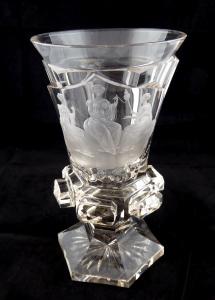 Biedermeierový pohár s rytinou Tří sudiček (1).JPG