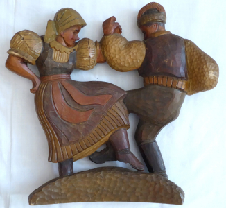 Barevná  dřevořezba tančícího krojovaného páru (1).JPG