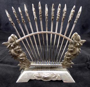 Stříbrný stojánek a dvanáct stříbrných napichovátek, v čínském stylu (1).JPG
